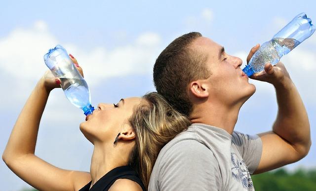 pití vody z láhve