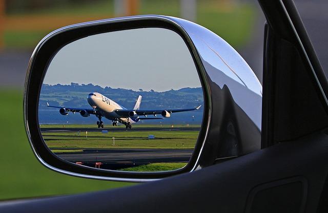 Lietadlo v spätnom zrkadle auta.jpg