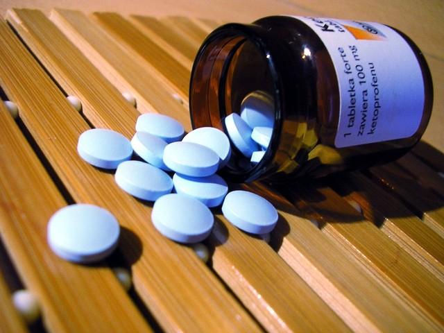 Modré tabletky vysypané zo obalu od liekov.jpg