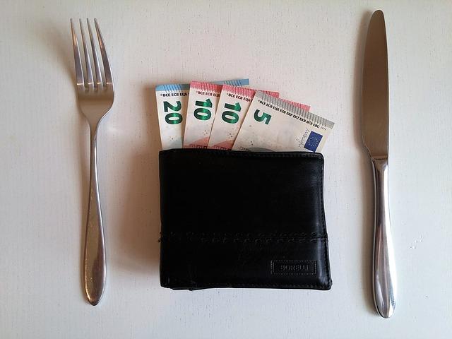 Peniaze, príbor a peňaženka.jpg