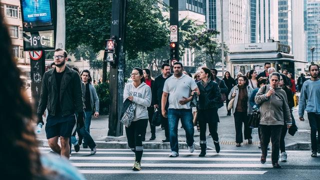 Skupina ľudí prechádza cez prechod pre chodcov.jpg