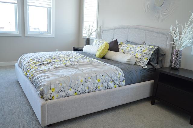 Manželská posteľ so sivým čalúnením a čelom.jpg