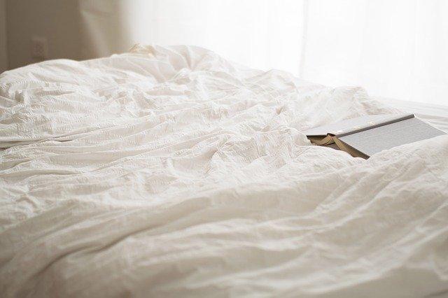kniha na posteli.jpg