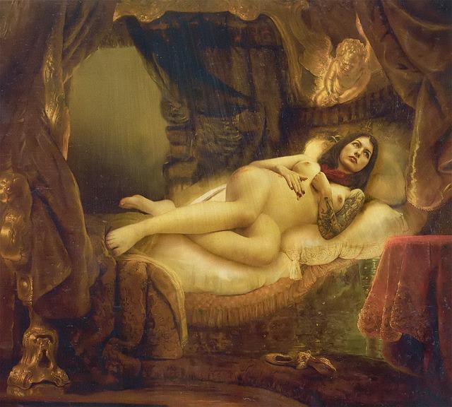 Obraz nahej ženy, ktorá leží na posteli s tetovaním na ruke.jpg