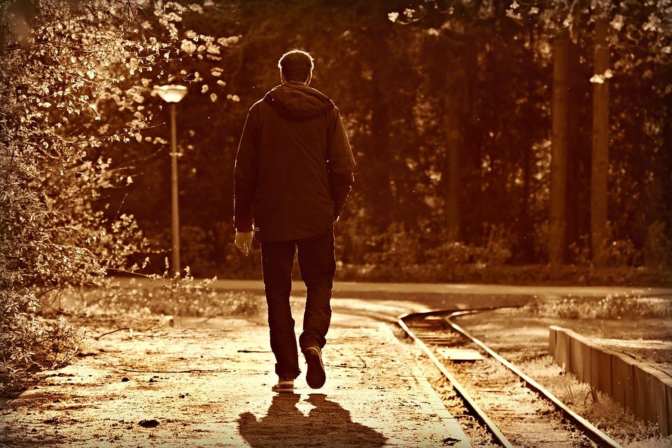muž na prechádzke